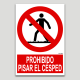 Prohibit trepitjar la gespa