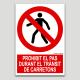 Prohibido el paso durante el tránsito de carretillas